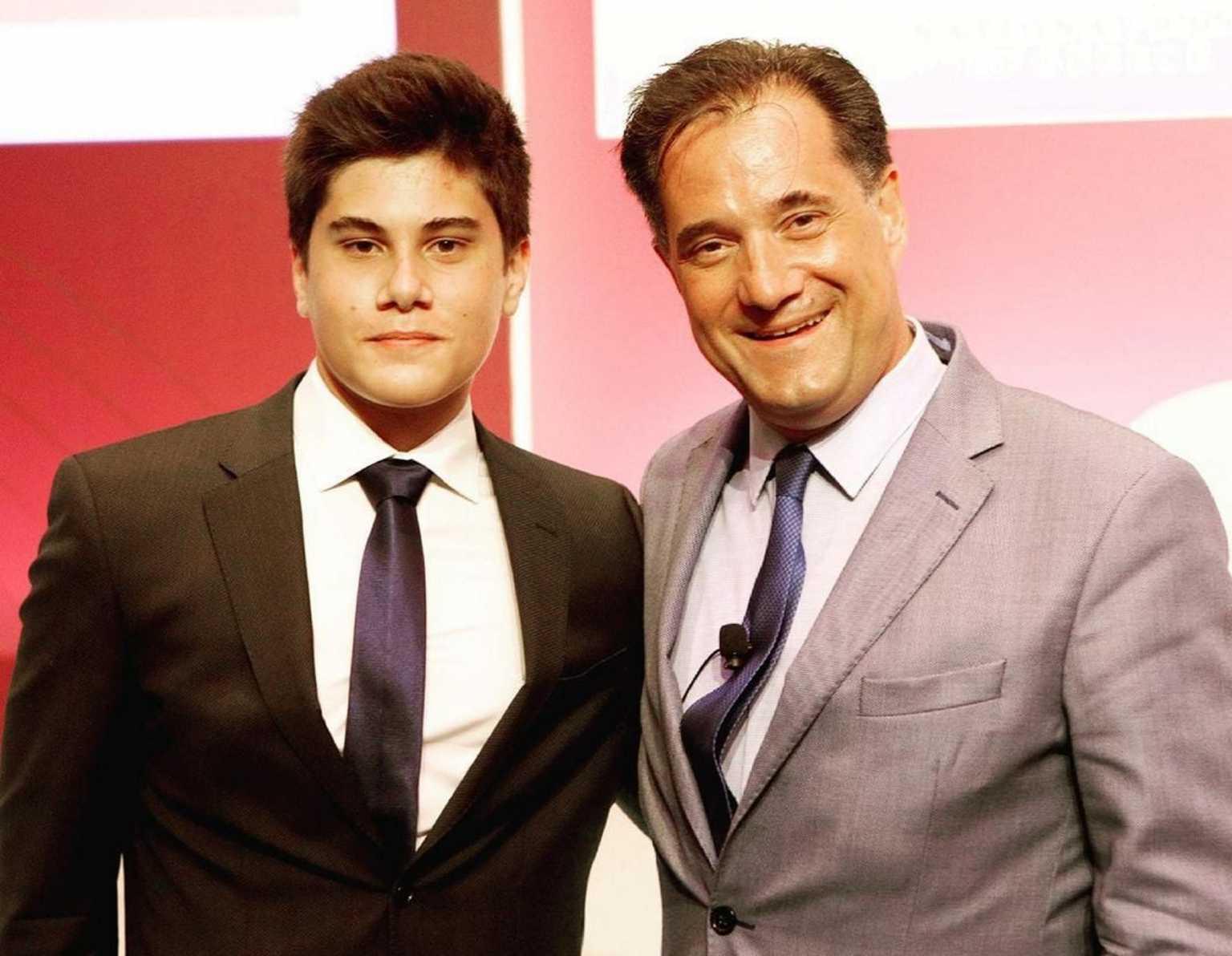 Πανευτυχής ο Άδωνις Γεωργιάδης με τον γιο του Αθανάσιο – Περσέα στο συνέδριο του Economist