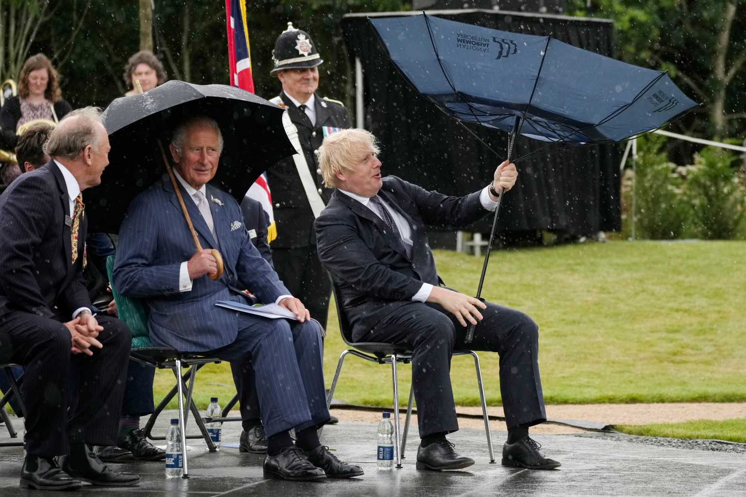 Βίντεο: Η «μάχη» του Μπόρις Τζόνσον με μια ομπρέλα και τα γέλια του πρίγκιπα Καρόλου