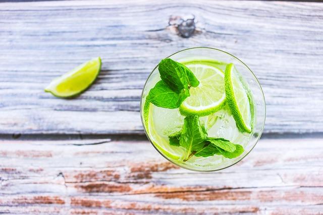 Νερό με λεμόνι: Βοηθάει να χάσετε κιλά;