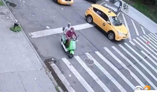 Σοκαριστικό βίντεο: Επιβάτης δίκυκλου ανοίγει πυρ μέρα μεσημέρι στον δρόμο