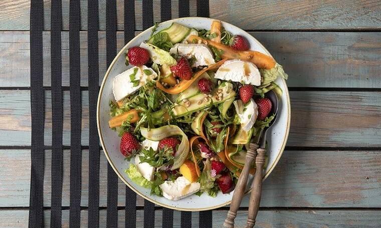 Καλοκαιρινή σαλάτα με φρούτα και κατσικίσιο τυρί από τον Άκη Πετρετζίκη!