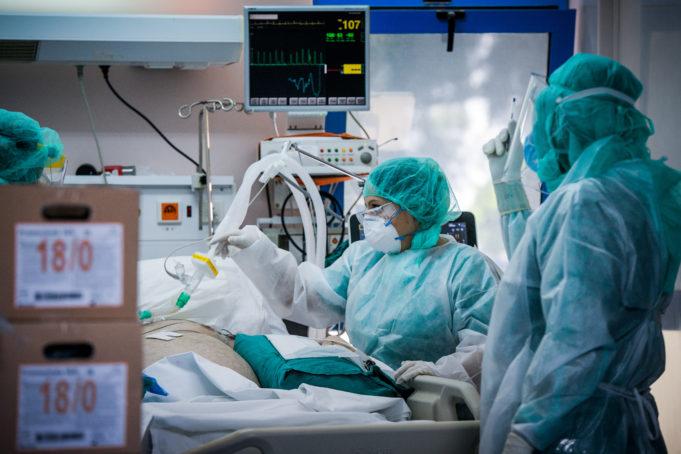 Κορονοϊός: Μαρτυρίες γιατρών που νόσησαν – «Έκλεβα στην οξυμετρία για να μη διασωληνωθώ»