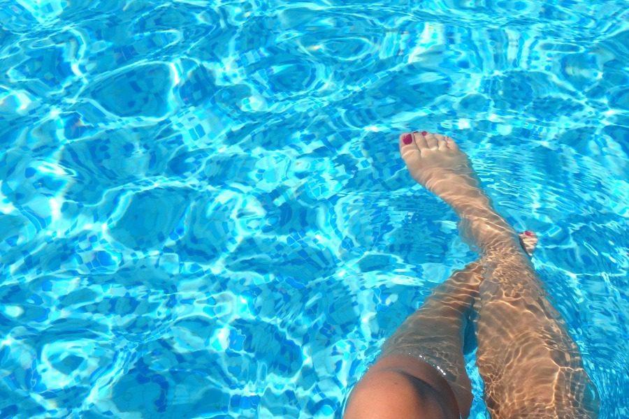 Βρήκε μια γuμνή γυναίκα που δεν γνώριζε να κολυμπά στην πισίνα του