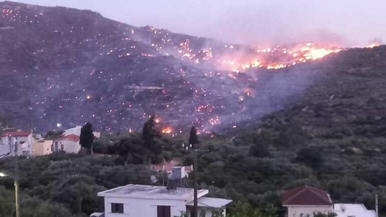 Μεγάλη φωτιά στην Ιεράπετρα – Ισχυρή δύναμη της Πυροσβεστικής