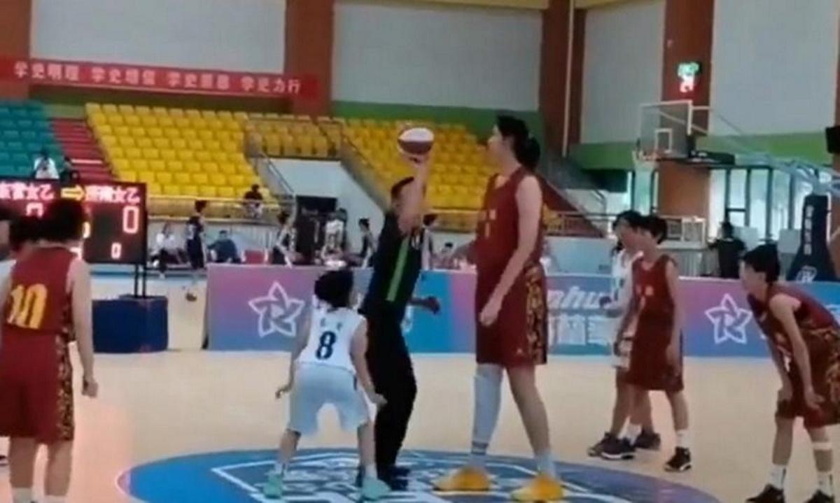 Η Κινέζα ετών 14 και ύψους 2,27μ. που έχει γίνει viral