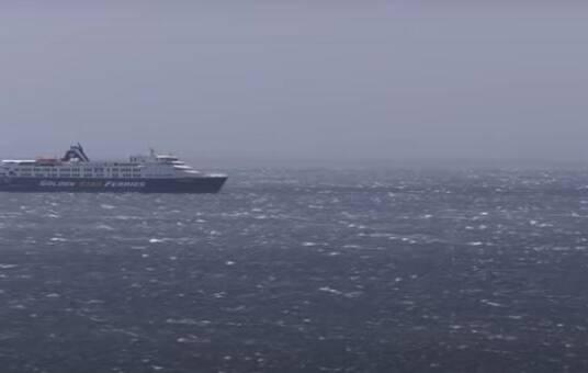 Έλληνας μάγκας καπετάνιος! Δείτε πώς έδωσε το πλοίο στο λιμάνι της Τήνου με 10 μποφόρ (video)
