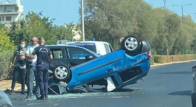 Εικόνες από τροχαίο στη λεωφόρο Ποσειδώνος – Αναποδογύρισε το ένα αυτοκίνητο