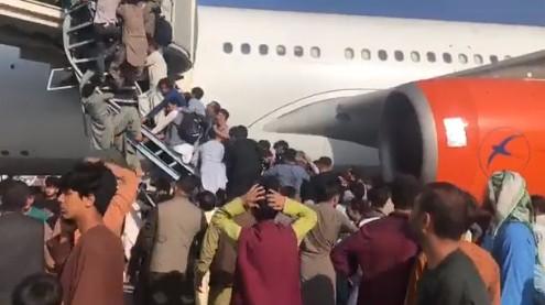 Αφγανιστάν – Χαμός στο αεροδρόμιο της Καμπούλ – Αμερικανοί στρατιωτικοί πυροβολούν στον αέρα