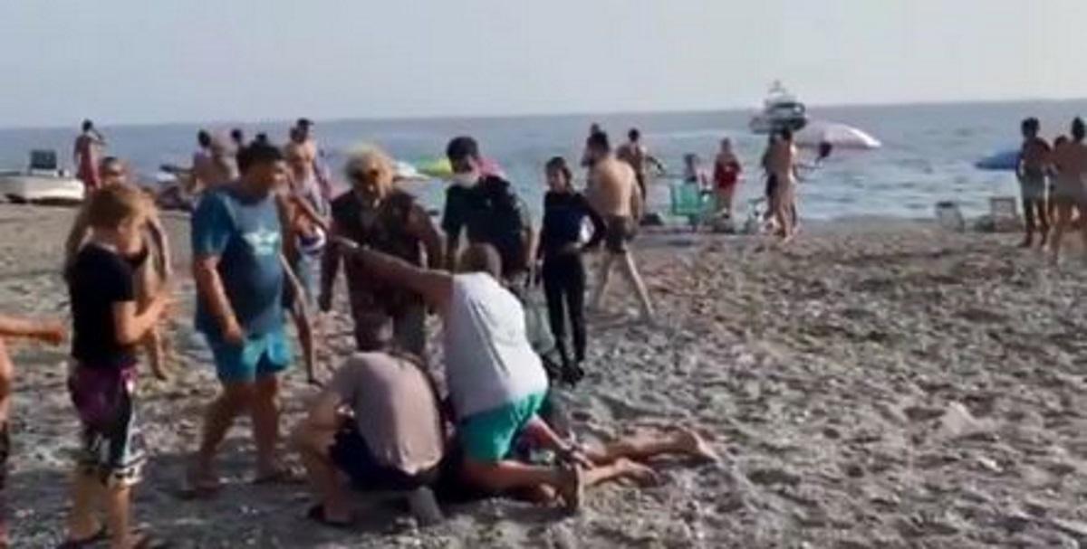 Κινηματογραφική καταδίωξη σε παραλία – Κολυμβητές συλλαμβάνουν εμπόρους ναρκωτικών