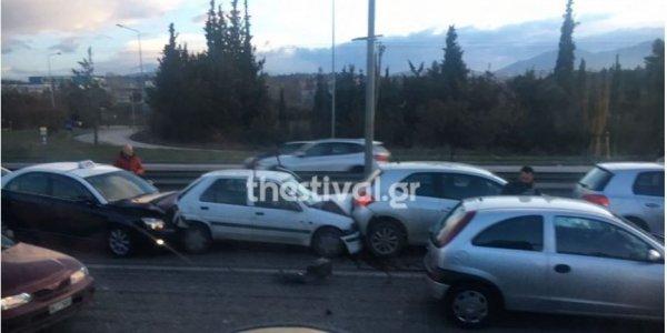 Θεσσαλονίκη: Καραμπόλες με τουλάχιστον 10 τρακαρισμένα αυτοκίνητα στον Περιφερειακό