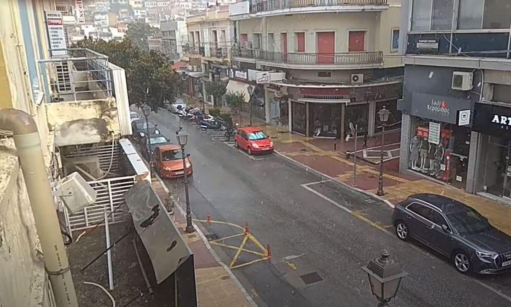 Καλοκαιρινό μπουρίνι και χαλάζι στην Καβάλα – Ζημιές σε σπίτια και οχήματα