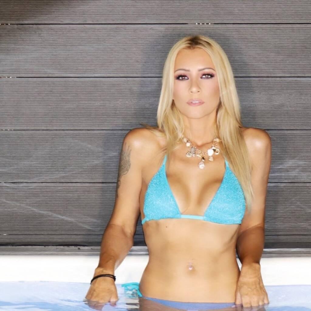 Θυμάστε την Λένα Παπαδοπούλου; Δεν θα πιστέψετε πού κολύμπησε η τραγουδίστρια!