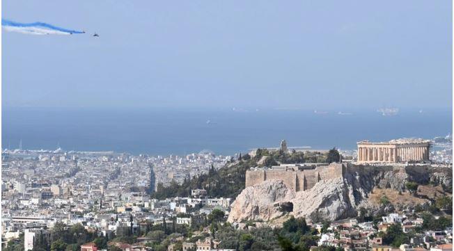 Εντυπωσιακές εικόνες με τα Rafale να σχηματίζουν τα χρώματα της Ελλάδας πάνω από την Ακρόπολη