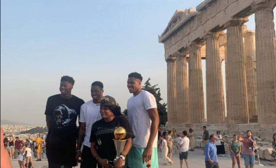 Το υπέροχο αφιέρωμα των Μπακς για την επίσκεψη των Αντετοκούνμπο στην Ακρόπολη