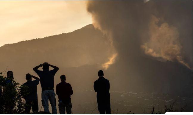 Λα Πάλμα: Εικόνες που κόβουν την ανάσα με καπνούς και στάχτες από το ηφαίστειο – Εκκενώνονται άλλες τρεις πόλεις
