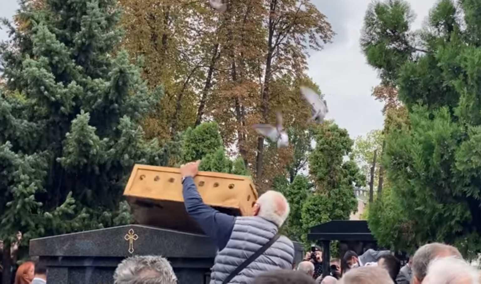 Κηδεία Ντούσαν Ίβκοβιτς: Ελευθέρωσαν περιστέρια πάνω από τον τάφο του