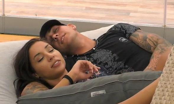 Big Brother: Ο Παναγιώτης φλερτάρει απροκάλυπτα πλέον την Ανχελίτα!