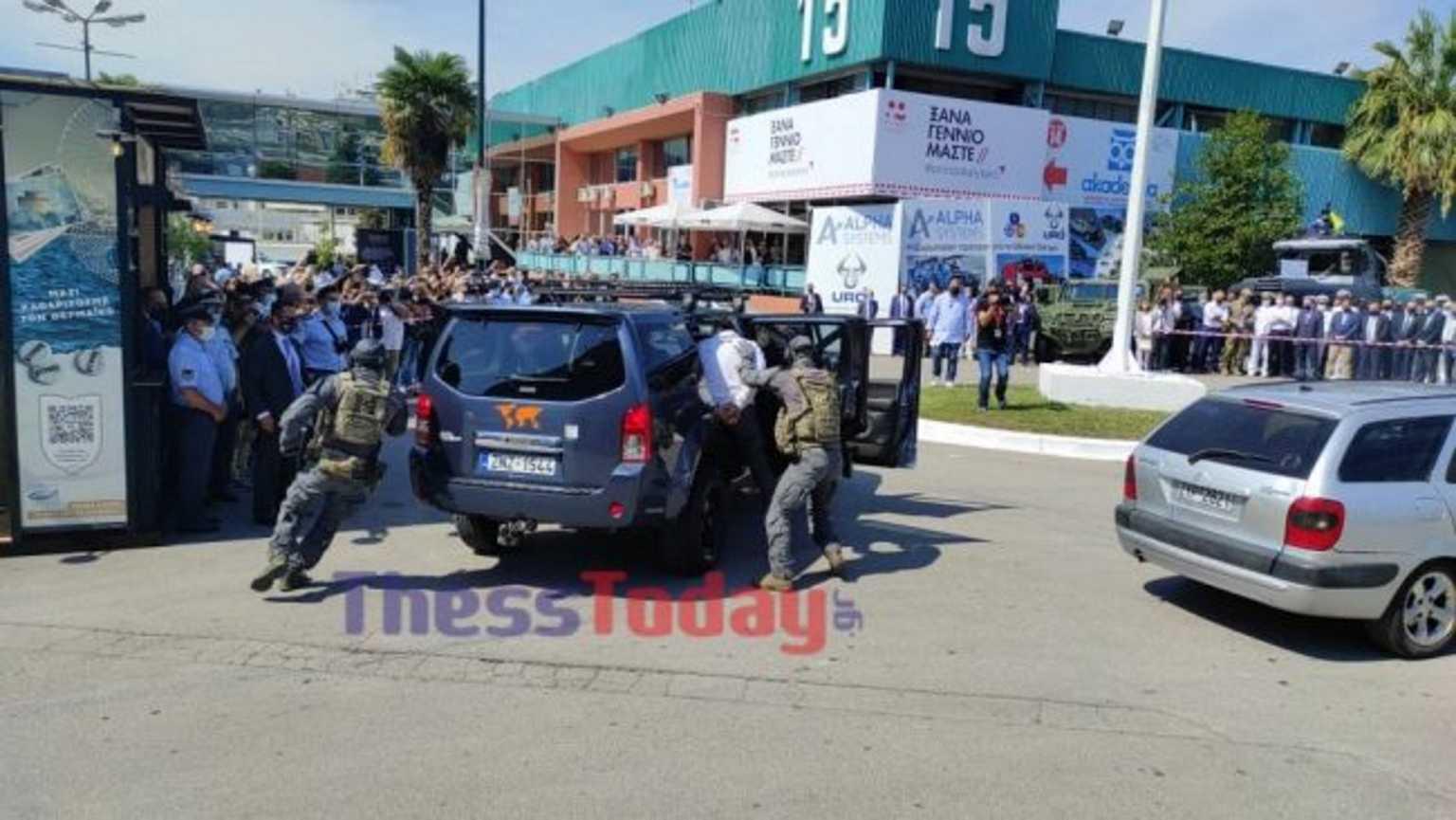 ΔΕΘ 2021: Κροτίδες και «σύλληψη τρομοκράτη» μπροστά στον Μητσοτάκη