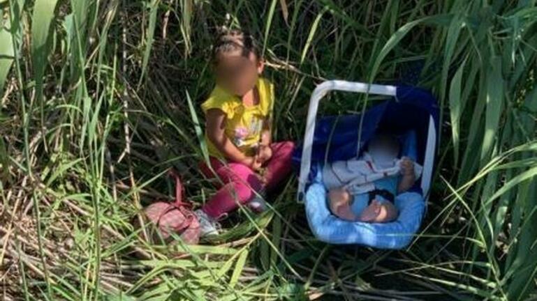 Εικόνα που σοκάρει: Μωρά εγκαταλελειμμένα στα σύνορα ΗΠΑ – Μεξικού