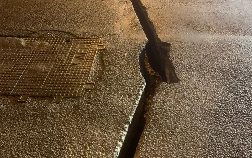 Ο Δήμος Αθηναίων μηνύει εταιρεία για επικίνδυνη εργολαβία σε δρόμο της Αθήνας