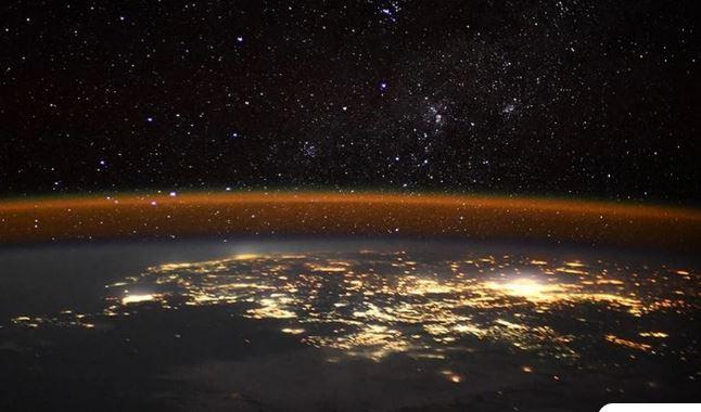 Έτσι φαίνεται η Γη τη νύχτα από τον Διεθνή Διαστημικό Σταθμό – Οι φωτογραφίες που καθηλώνουν