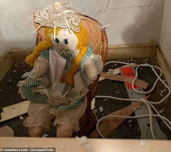 Βρήκε ανατριχιαστικό σημείωμα σε κούκλα στο νέο του σπίτι – «Σκότωσα τους προηγούμενους ιδιοκτήτες»