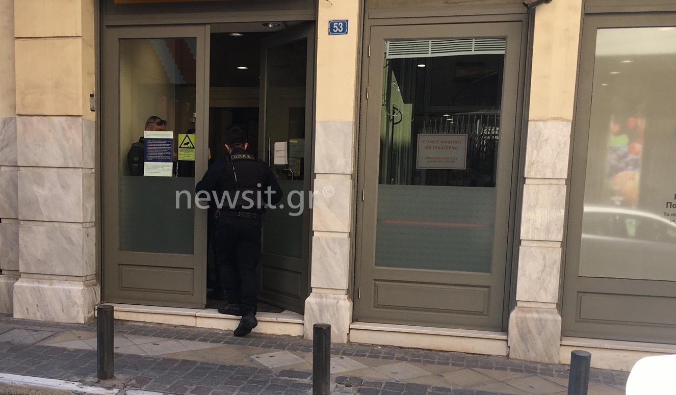 Ληστεία σε τράπεζα στη Μητροπόλεως: Με βερμούδα, καλάσνικοφ και πιστόλι οι δράστες