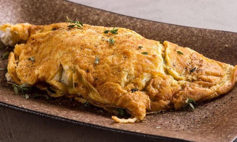 Άκης Πετρετζίκης: Ομελέτα με σπανάκι και κατσικίσιο τυρί