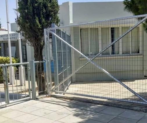 Απίστευτο – Πιάστηκε στα πράσα την ώρα που ξήλωνε περίφραξη από σχολείο της Μυτιλήνης