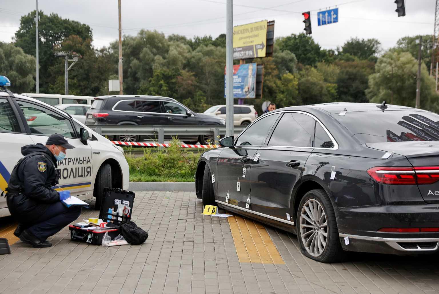 Ουκρανία: Απόπειρα δολοφονίας εναντίον συμβούλου του Ζελένσκι – «Γάζωσαν» το αυτοκίνητό του