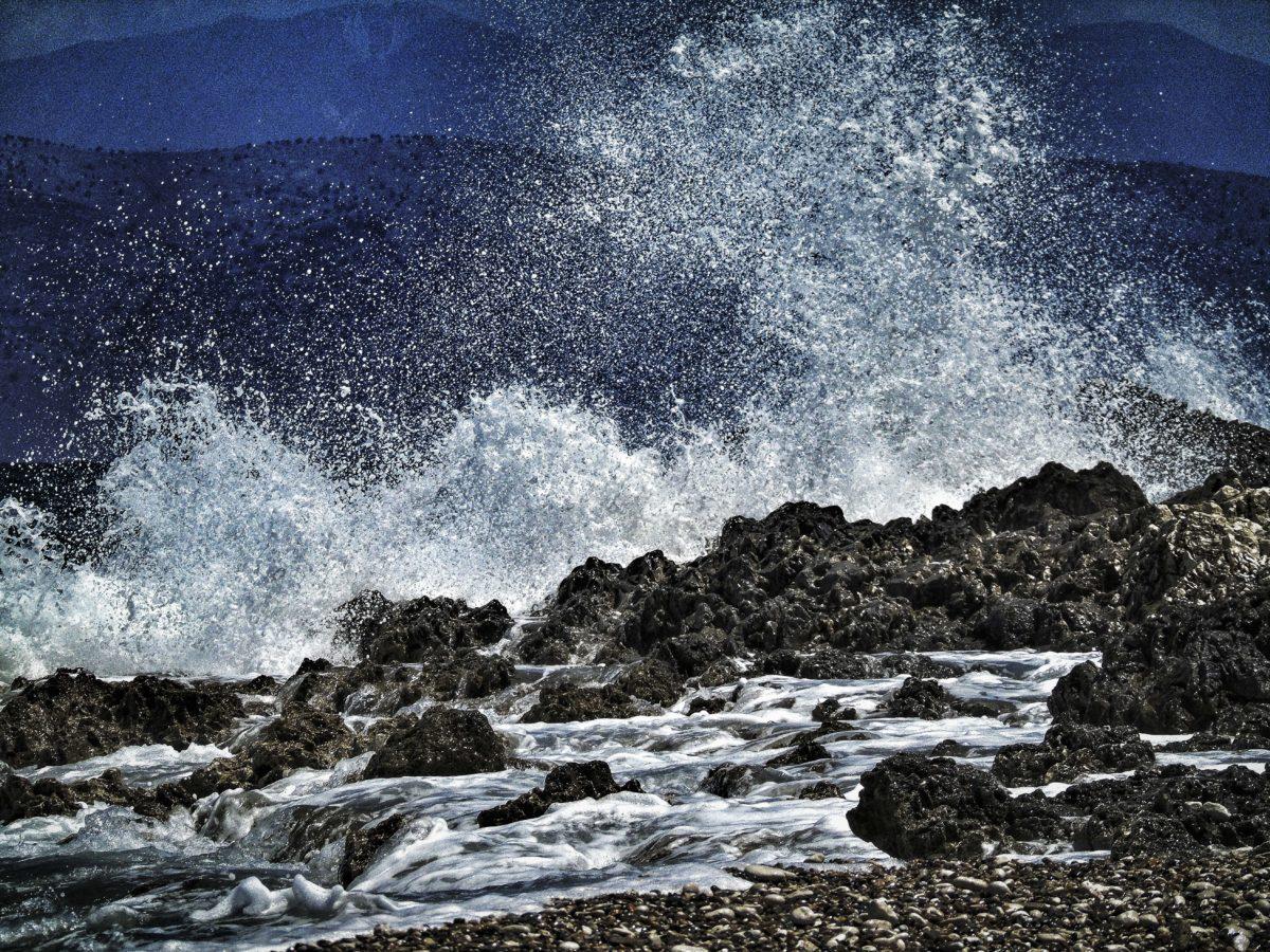Κέρκυρα: Θρίλερ με πτώμα άντρα στα βράχια παραλίας – Πολλαπλές κακώσεις στο σώμα και το κεφάλι του