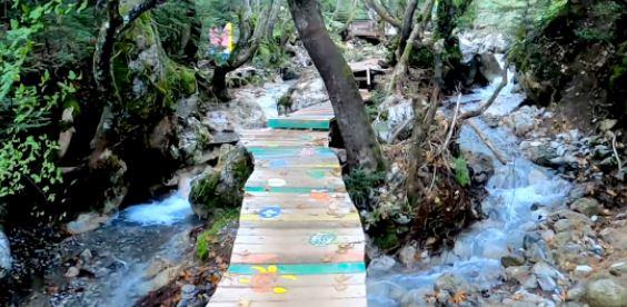 Τους επόμενους μήνες θα «βουλιάξει» από κόσμο: Σπεύσε να επισκεφτείς το πιο πολύχρωμο χωριό της Ελλάδας που… λατρεύουν οι νεράιδες