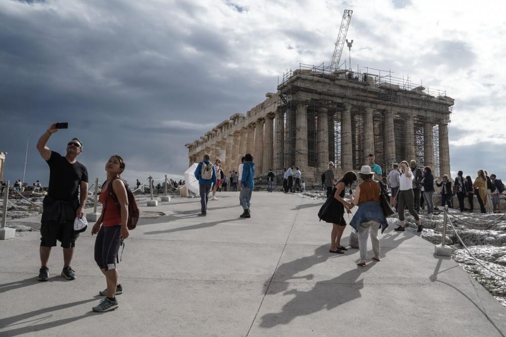 Συνελήφθησαν τρία άτομα στην Ακρόπολη – Προσπάθησαν να αναρτήσουν πανό