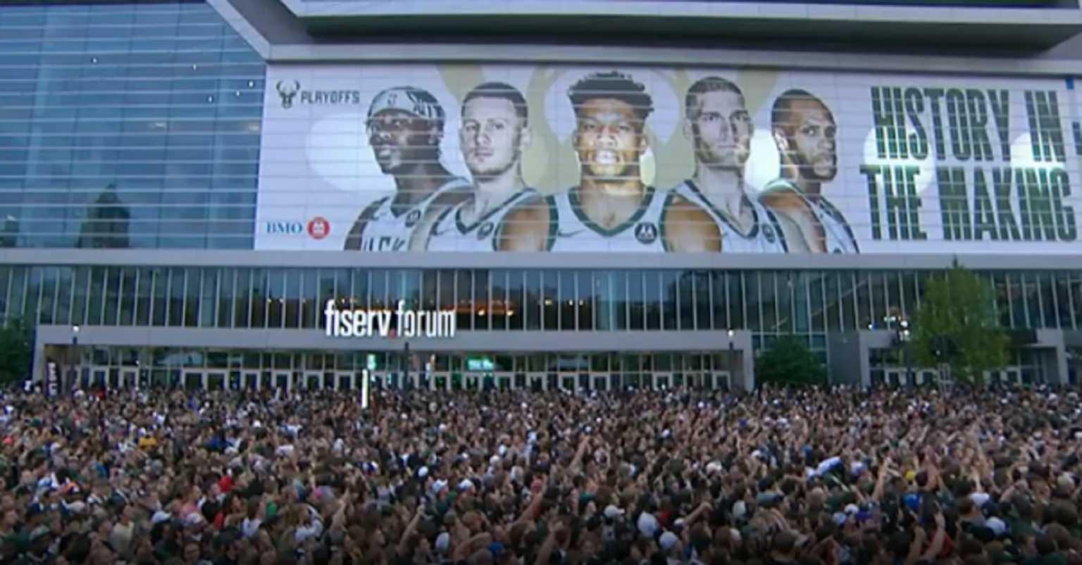 ΝΒΑ: Οι Μιλγουόκι Μπακς «έδεσαν» με νέο πολυετές συμβόλαιο τον τζένεραλ μάνατζερ της ομάδας