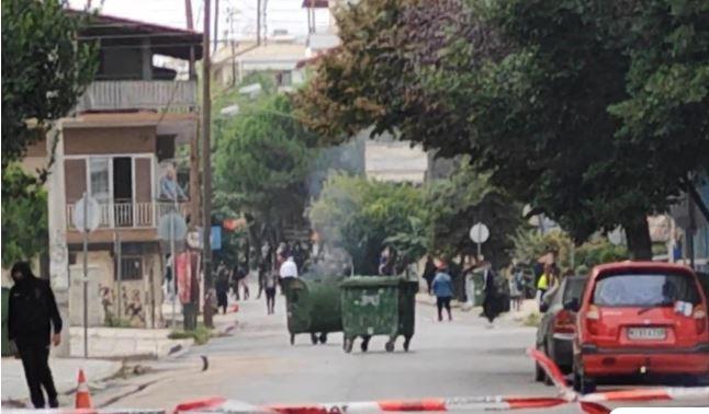 Νέα επεισόδια έξω από το ΕΠΑΛ Ευόσμου: Οδοφράγματα μπροστά από το σχολείο – Επιτέθηκαν σε δημοσιογράφους