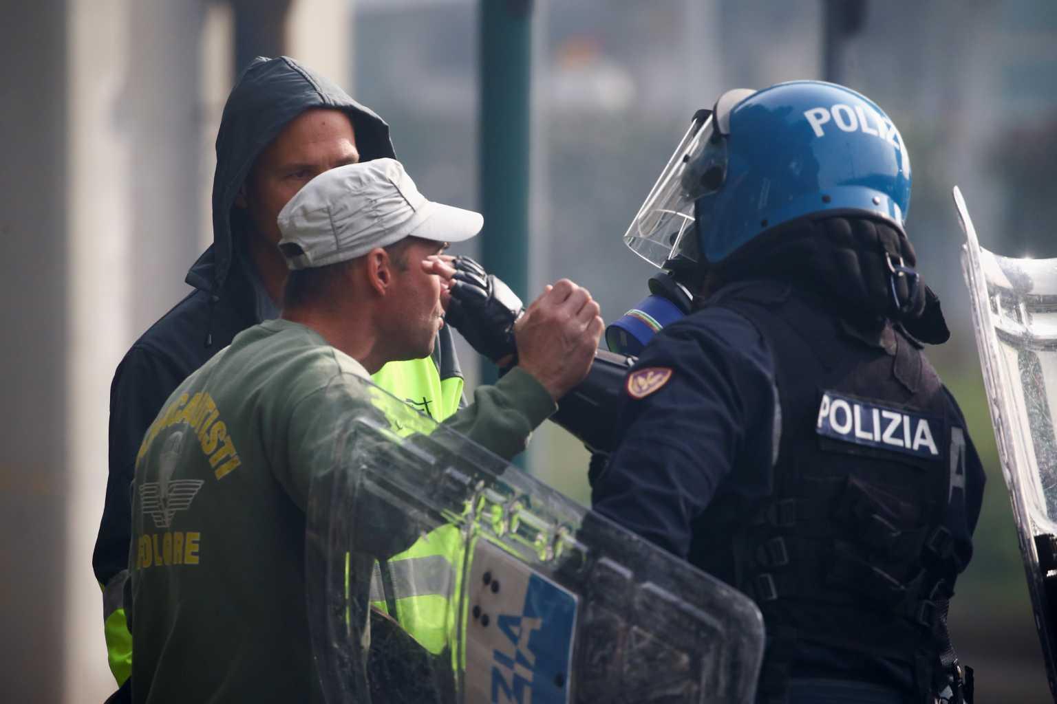 Ιταλία: Με αντλίες νερού η αστυνομία διέλυσε λιμενεργάτες που διαμαρτύρονταν για το πάσο εμβολιασμένου