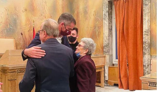 Κώστας Μπακογιάννης: Πάντρεψε στο δημαρχείο ζευγάρι 87 και 85 ετών – «Αυτή και αν είναι μια υπέροχη ιστορία αγάπης»