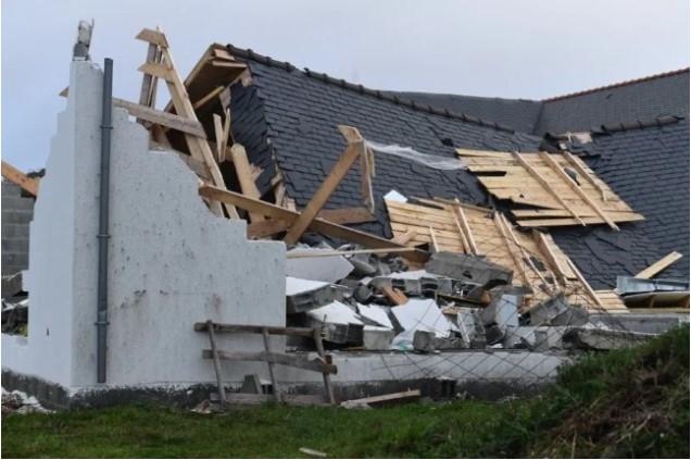 Γαλλία – Η καταιγίδα «Αυγή» σαρώνει τη χώρα – 120.000 νοικοκυριά χωρίς ρεύμα