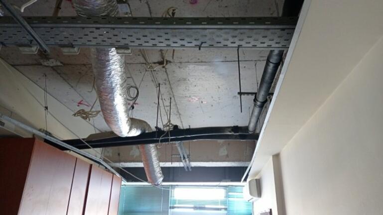 """Ο «Μπάλλος» """"ξήλωσε"""" την οροφή σε γραφείο στο Αστυνομικό Μέγαρο Ηρακλείου"""