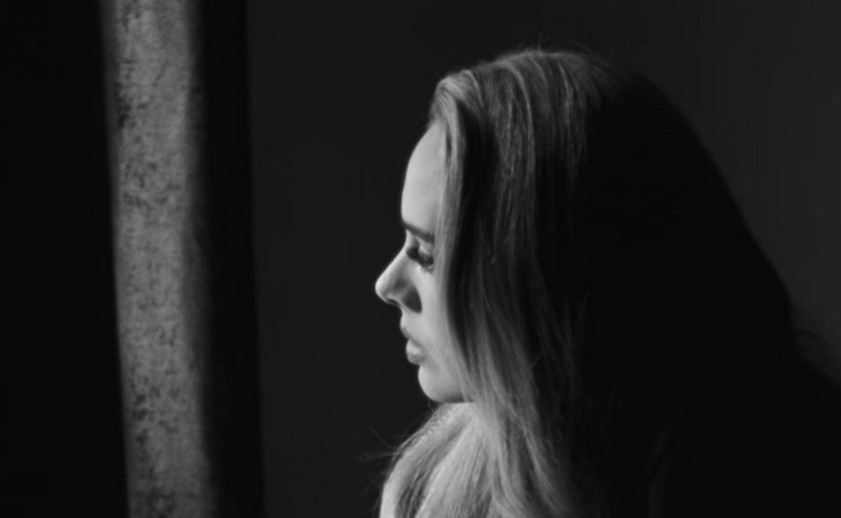 Adele: «Ικετεύει» τον πρώην σύζυγό της να την συγχωρέσει μέσω του νέου της τραγουδιού «Easy on me»