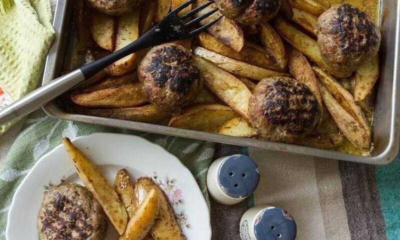 Άκης Πετρετζίκης: Μπιφτέκια με πατάτες στο φούρνο