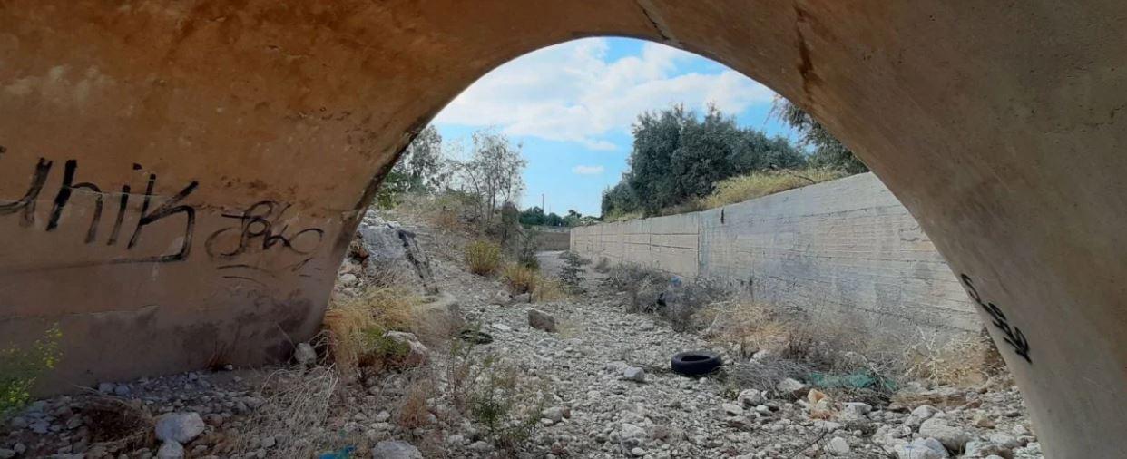 Αυτοψία στα επικίνδυνα ρέματα της Αττικής: Βίλες μέσα σε κοίτες, μάντρες σπιτιών σε όχθες