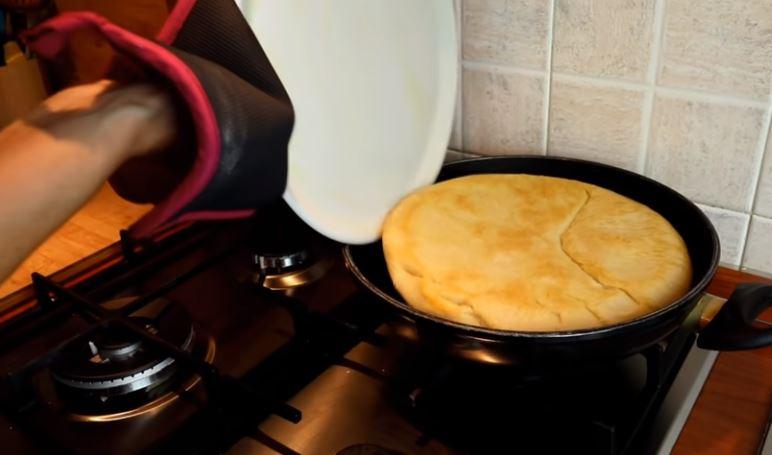 Ψωμί στο τηγάνι! Μόλις το φτιάξετε θα… ξεχάσετε τους φούρνους (vid)