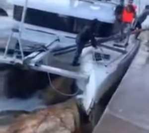 Άλιμος: Καταμαράν τσακίστηκε σε βράχια – Καρέ καρέ η δραματική διάσωση των επιβατών