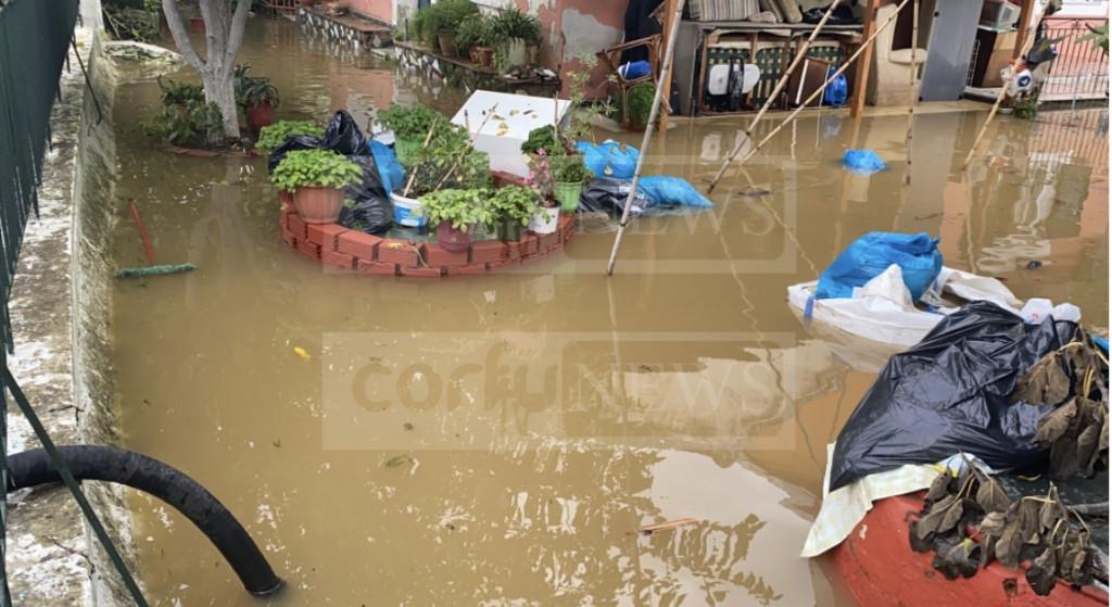 Κέρκυρα – Πλημμύρισαν σπίτια και δρόμοι μετά την πρωινή βροχή