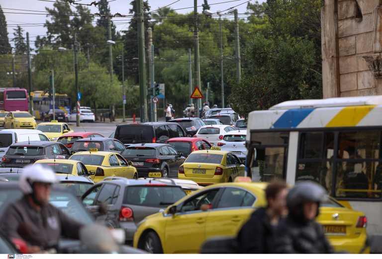 Κίνηση: Μποτιλιάρισμα παντού στην Αττική – Κυκλοφοριακό χάος στο Χαλάνδρι λόγω της καθίζησης
