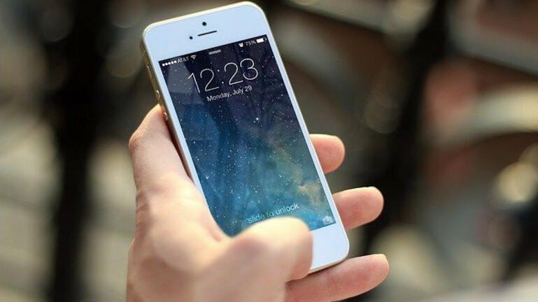 Κινητή τηλεφωνία: Μείωση τέλους στο 10% και κατάργηση για νέους έως 29 ετών