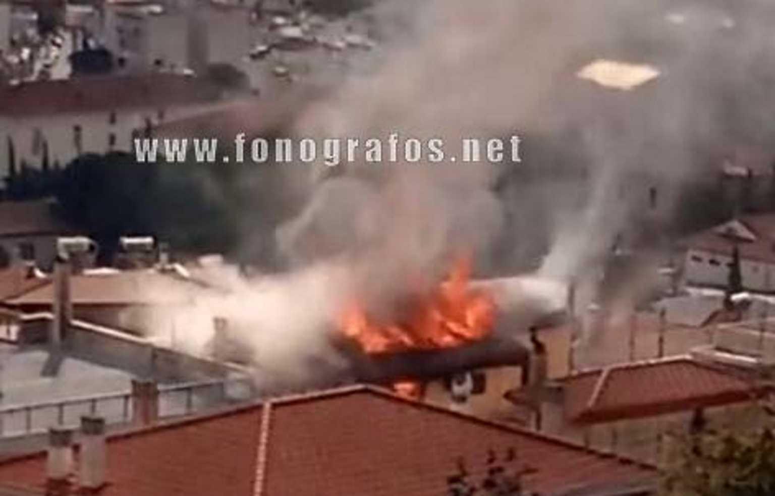 Μεγάλη φωτιά στη Λαμία: Καταστράφηκε ένας ολόκληρος όροφος – Εκκενώθηκαν τα διπλανά σπίτια