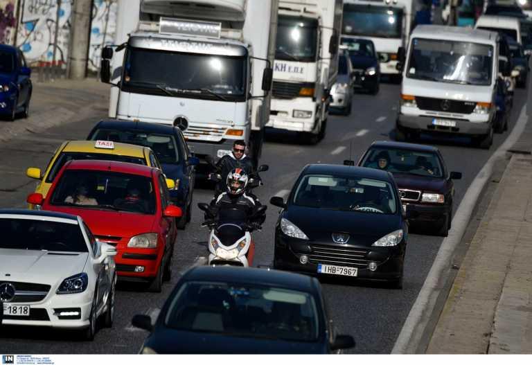 Κίνηση στους δρόμους: Τεράστιο μποτιλιάρισμα στον Κηφισό – Έσπασε φρεάτιο, σκάνε λάστιχα αυτοκινήτων