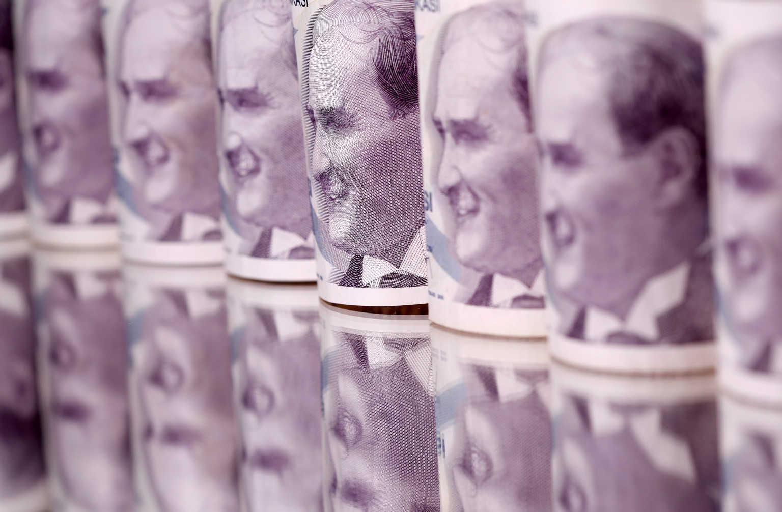 Η τουρκική λίρα «στενάζει» στα χέρια του «οικονομολόγου» Ερντογάν – Νέα βουτιά σε επίπεδα ρεκόρ